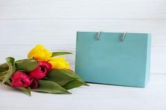 Fond avec les tulipes et le cadeau jaunes et rouges Holid de conception Image stock