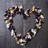 Fond avec un coeur des pétales de rose pour la Saint-Valentin Images libres de droits