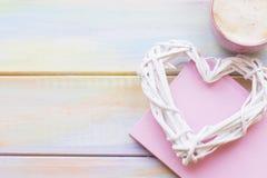 Fond avec un coeur et un café tissés Photo stock