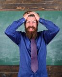 Fond barbu de tableau de tête de prise de professeur ou d'éducateur d'homme Attention de salaire à votre comportement et façons p photos stock