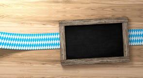 Fond bavarois d'Oktoberfest avec la frontière à carreaux blanc bleu sur le panneau en bois et le tableau noir rustiques, rendu 3d Photo libre de droits