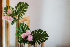 Fond blanc avec la décoration de fleurs photo libre de droits