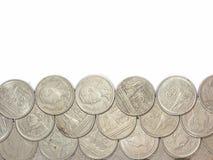 Fond blanc avec les pièces de monnaie de baht de la Thaïlande Photographie stock