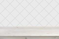 Fond blanc brouillé de mur de tuile avec les planches en bois dans l'avant Photographie stock