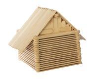 Fond blanc d'isolement par modèle en bois de maison de bâton Images stock