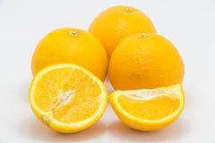 Fond blanc d'isolement par orange fraîche photo stock