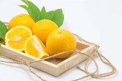 Fond blanc d'isolement par orange fraîche images stock