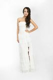Fond blanc de belle mariée heureuse vers le haut de tissu Image stock