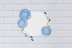 Fond blanc de cercle avec les fleurs faites main de Ranunculus Images libres de droits