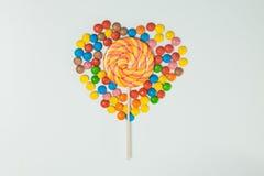 Fond blanc de lucette de bonbons au chocolat étendu à plat Photos libres de droits