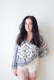 Fond blanc de portrait de jeune femme, pas photographie stock