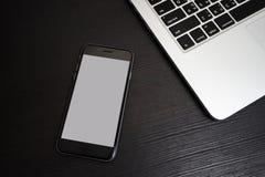Fond blanc de téléphone portable avec le clavier d'ordinateur portable Photos libres de droits