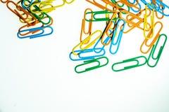 Fond blanc de trombones de couleur d'isolement image stock