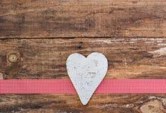 Fond blanc en bois d'amour de coeur Photo stock