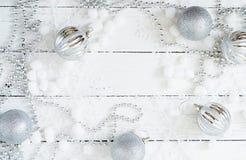 Fond blanc en bois de Noël de nouvelle année avec les boules et la tresse Images libres de droits