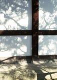Fond blanc japonais de mur avec le détail en bois foncé image libre de droits