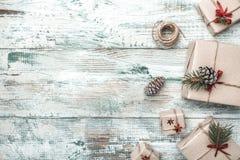 Fond blanc Objet du pin Cones L'espace pour le message du ` s de Santa Carte de voeux de Noël, Noël, nouvelle année et Noël Photographie stock libre de droits