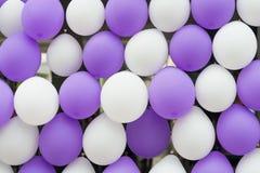 Fond Blanc-pourpre de rangée de ballon Image libre de droits