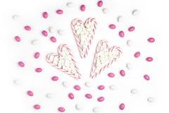 Fond blanc rose et blanc V de vue supérieure de sucreries et de lucettes Photos libres de droits