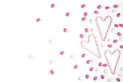 Fond blanc rose et blanc V de vue supérieure de sucreries et de lucettes Images libres de droits