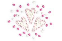 Fond blanc rose et blanc V de vue supérieure de sucreries et de lucettes Images stock