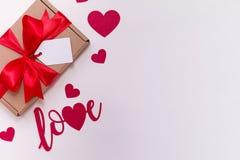 Fond blanc sans couture romantique de jour de valentines, arc d'étiquette de cadeau, présent, amour, coeurs, l'espace des textes  photos stock