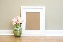 Fond blanc vide de cadre avec des fleurs - verticale image libre de droits