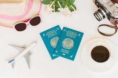 Fond blanc, voyage, avion, appareil-photo, passeports Kazakhstan, café, chapeau de paille, lunettes, vue supérieure photos libres de droits