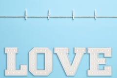 Fond bleu avec la lettre d'amour Photo libre de droits