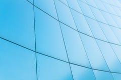 Fond bleu, bâtiment d'affaires avec les lignes sur les murs photographie stock libre de droits