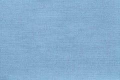 Fond bleu-clair d'un matériel de textile avec le modèle en osier, plan rapproché Images libres de droits