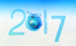 Fond 2017 bleu-clair de bonne année de neige Photos stock