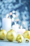 Fond bleu-clair de Noël avec des bougies et des babioles Photographie stock libre de droits