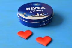 Fond bleu crème de Nivea Photos libres de droits