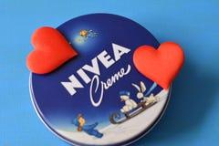 Fond bleu crème de Nivea Images stock