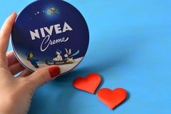 Fond bleu crème de Nivea Image stock