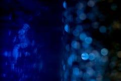 Fond bleu de bokeh créé par les lampes au néon et sous l'eau Image stock