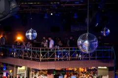 Fond bleu de disco avec des boules de miroir Photos libres de droits