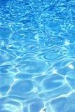 Fond bleu de l'eau de regroupement Images libres de droits