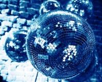 Fond bleu de partie de disco avec des boules de miroir Photo libre de droits