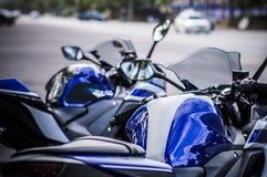 Fond bleu de route de moto de corps Image libre de droits