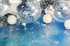 Fond bleu de scintillement avec les confettis de scintillement et le ch différent Photos stock