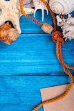 Fond bleu de vacances d'été avec l'espace pour faire de la publicité et thème maritime Photos libres de droits