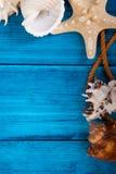 Fond bleu de vacances d'été avec l'espace pour faire de la publicité et thème maritime Photographie stock libre de droits