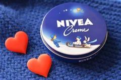 Fond bleu-foncé crème de Nivea Image stock