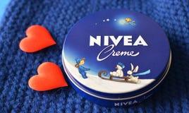 Fond bleu-foncé crème de Nivea Images libres de droits