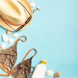 Fond bleu lumineux de maillot de bain de chapeau de protection solaire d'accessoires de plage d'?t? Le concept de la relaxation l photographie stock