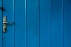 Fond bleu métallique de porte Images libres de droits