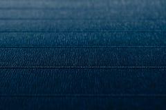 Fond bleu profond minimaliste texturisé abstrait avec les traits horizontaux Photos libres de droits