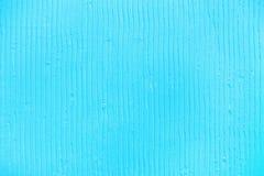 Fond bleu texturisé avec les lignes verticales et les rayures de plâtre photos stock